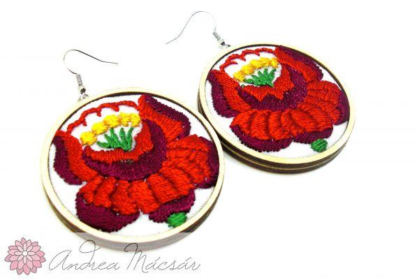 2b8bd8f074 Kézzel hímzett kalocsai mintás fülbevaló piros virágos