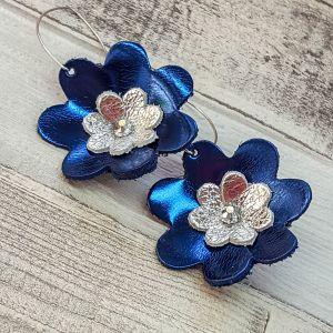 Csillogó navy / ezüst bőr virág fülbevaló