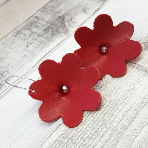 Gyönyörű piros bőr virág fülbevaló