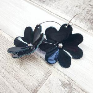 Mélyzöld színű lakk bőr virág fülbevaló