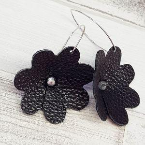 Fekete, önmagában mintás bőr virág fülbevaló