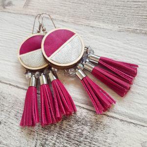 Pink-ezüst felezett fülbevaló bőr rojtokkal, csillogó üveggyöngyökkel - kis méret