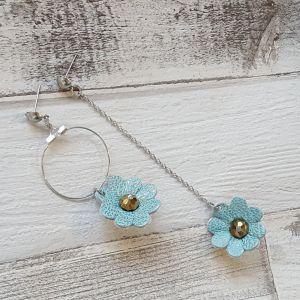 Aszimmetrikus arany/türkiz bőr virágos fülbevaló