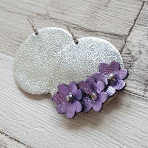 Ezüst bőr kör fülbevaló lila virágokkal - aszimmetrikus statement ékszer