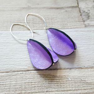 Csodás fényes lila valódibőr csepp fülbevaló