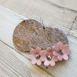 Aszimmetrikus bőr kör fülbevaló virágokkal -ezüst, rózsaszín