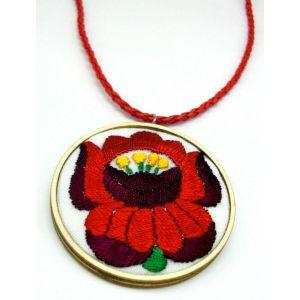 Piros virágos kézzel hímzett kalocsai mintás nyaklánc