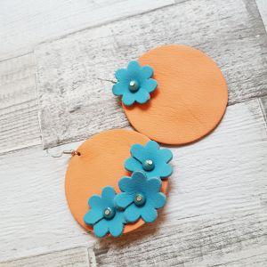 Aszimmetrikus bőr kör fülbevaló virágokkal - korall, türkiz