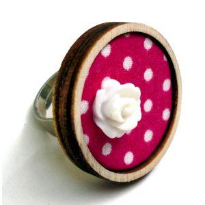 Rózsaszín alapon pöttyös gyűrű akril virágdekorációval
