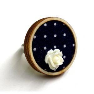 Sötétkék alapon pöttyös gyűrű akril virágdekorációval