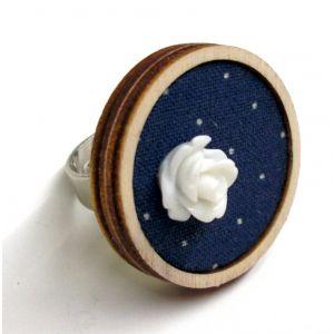 Kék alapon pöttyös gyűrű akril virágdekorációval