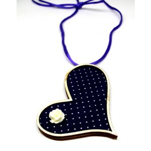 Szív alakú nyaklánc lila-fehér pöttyös textilen akril virágdekorációval