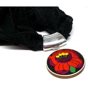 Kendő kézzel hímzett kalocsai medállal - fekete alapon piros