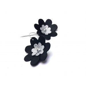 Fekete, ezüst bőr virágos fülbevaló - nőies ékszer
