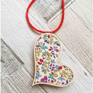 Ferde szív nyaklánc - virágos fehér