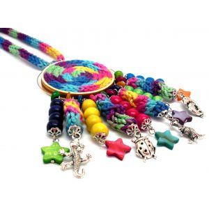 Kötött hosszú lánc színes kiegészítőkkel: kagylógyöngy, sok-sok charm
