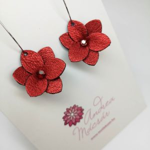 Fényes piros virág fülbevaló bõrbõl