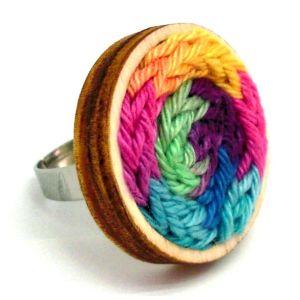 Színes fonalból készült gyűrű állítható gyűrűalappal