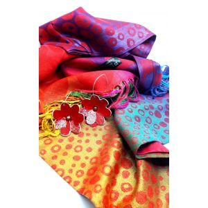 Kasmír kendő piros bőr virágos fülbevalóval