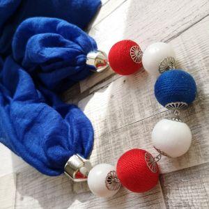 Királykék körkendő fehér, piros és kék golyósorral
