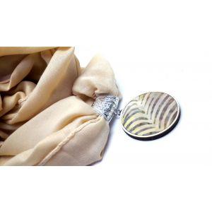 Krém  színű kendő batikolt medállal