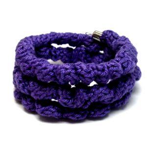 Lila színű gyűrött kötött karkötő
