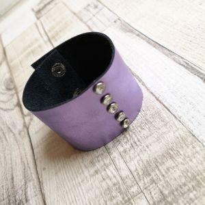 Lila bőr karkötő gyöngyszegeccsel
