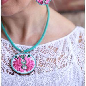 Kézzel hímzett matyó mintás design nyaklánc - rózsazsín/menta