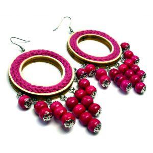 Pink színű, fagyöngyökkel kötött fonallal dekorált fülbevaló