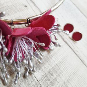 Pink virágos bőr nyaklánc, nőies ékszer, fülbevalóval