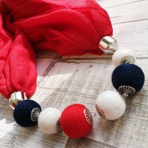 Piros körkendő fehér, piros és kék golyósorral