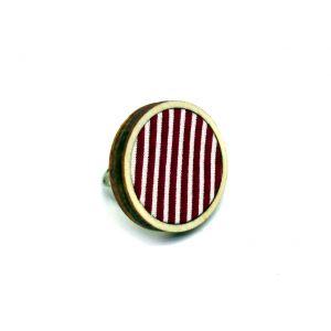 Piros csíkos gyűrű