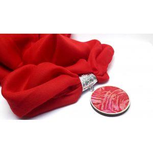 Piros kendő batikolt medállal
