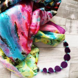 Selyemkendő lila bőr gyöngysorral