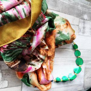 Selyemkendő zöld bőr gyöngysorral