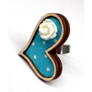 Fehér-kék pöttyös szívgyűrű akril virágdekorációval