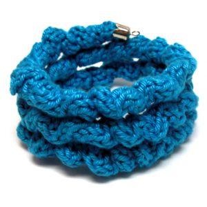Türkiz színű gyűrött kötött karkötő