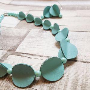 Világos türkizzöld bőrből készült pillangó ékszerszett - nyaklánc, fülbevaló
