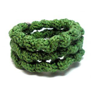 Középzöld színű gyűrött kötött karkötő