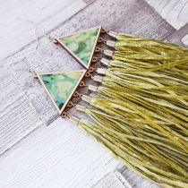 Zöld háromszög fülbevaló selyemrojtokkal